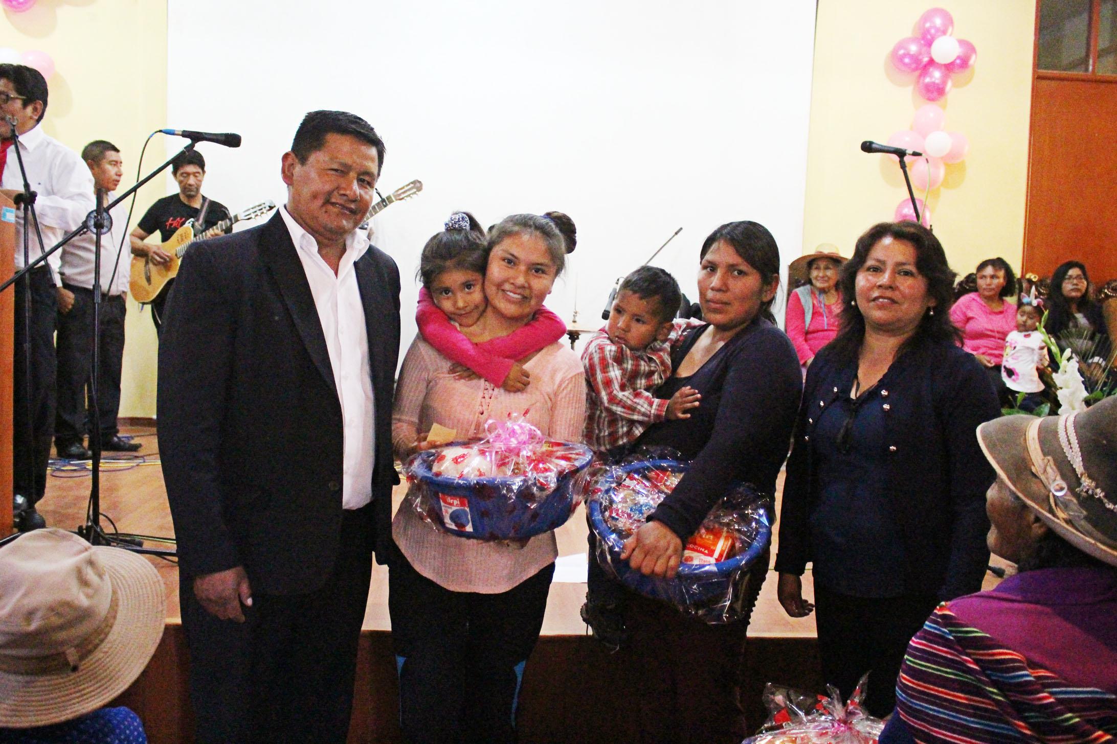 MUNICIPALIDAD DE TORATA RINDE HOMENAJE A LAS DAMAS DEL DISTRITO POR CONMEMORARSE EL DÍA INTERNACIONAL DE LA MUJER